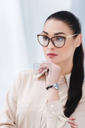 Photo pour Portrait de belle femme d'affaires dans les lunettes au bureau - image libre de droit