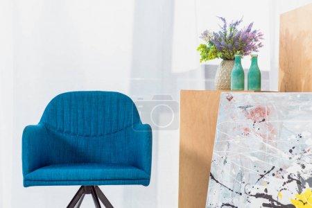 Foto de Azul silla moderna en habitación luz moderna - Imagen libre de derechos