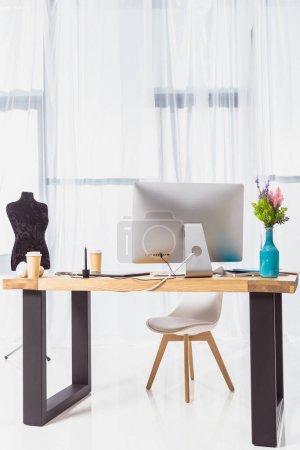 Photo pour Lieu de travail du designer avec tailleur factice et ordinateur - image libre de droit