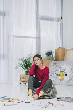 Photo pour Illustrateur de jeune femme assise sur le plancher du Bureau à la maison - image libre de droit