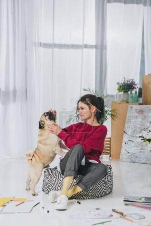 Photo pour Jolie dame jouant avec chien sur le plancher du Bureau à la maison - image libre de droit
