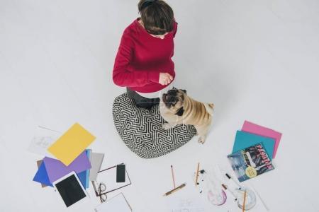 Photo pour Jolie dame chien mignon étreignant étage entre les sketches - image libre de droit