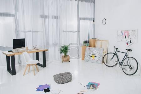 Photo pour Lumineux spacieux avec table de travail et de la bicyclette - image libre de droit