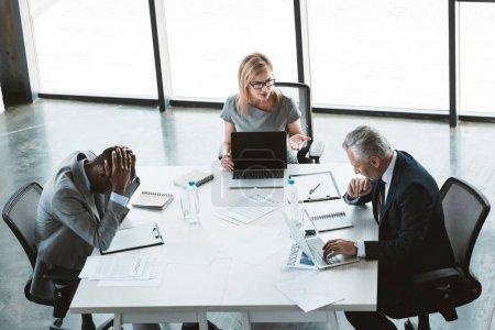 Photo pour Vue grand angle multiethnique des gens d'affaires ayant des discussions au cours de la réunion d'affaires - image libre de droit