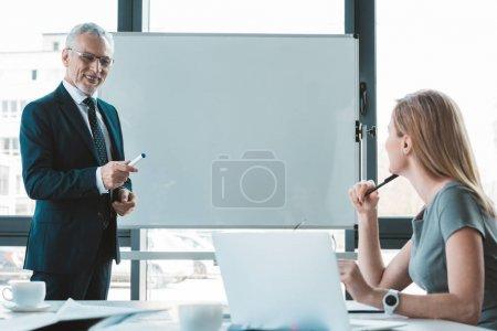 Photo pour Regardant les uns les autres tout en travaillant au Bureau des gens d'affaires - image libre de droit