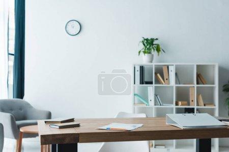 Photo pour Table en bois avec dossier, livres et papiers de bureau moderne - image libre de droit