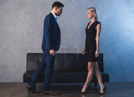 Photo pour Vue latérale de beau jeune couple sensuel se regardant - image libre de droit