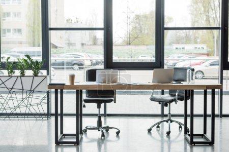 Photo pour Ordinateurs portables sur la table dans un bureau d'affaires vide - image libre de droit