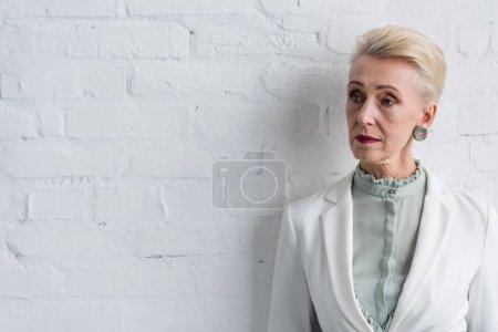 Foto de Hermoso elegante empresaria senior en pared blanca - Imagen libre de derechos