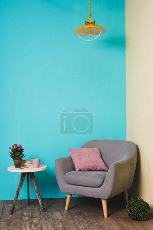 Photo pour Table usine et un fauteuil avec coussin en salle dans un style vintage - image libre de droit