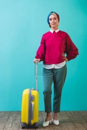 Foto de Turismo senior femenino con bolsa de viaje - Imagen libre de derechos