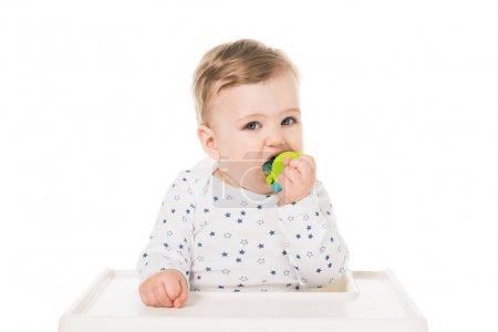 Photo pour Adorable petit garçon avec sucette bébé assis dans une chaise haute isolé sur fond blanc - image libre de droit