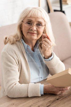 Photo pour Une retraitée joyeuse avec une ficelle d'alzheimers rappel d'un doigt humain - image libre de droit