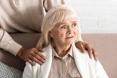 Photo pour Vue recadrée de l'homme à la retraite debout près de femme malade - image libre de droit