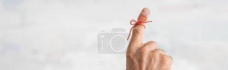 Photo pour Photo panoramique d'un homme âgé atteint de la maladie d'Alzheimer corde du doigt humain rappel - image libre de droit
