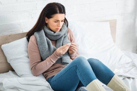 Photo pour Belle femme malade avec thermomètre avec fièvre à la maison - image libre de droit