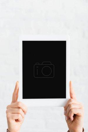 Teilbild einer Frau mit digitalem Tablet mit leerem Bildschirm