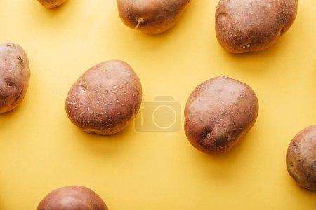 Photo pour Modèle de pommes de terre crues fraîches entières sur fond jaune - image libre de droit