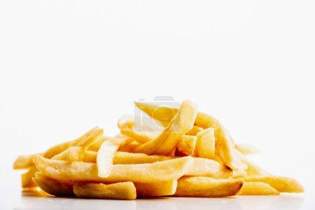 Photo pour Un tas de frites fraîches dorées isolées sur blanc - image libre de droit