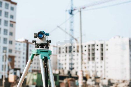 Photo pour Niveau numérique sur trépied avec le chantier à l'arrière-plan - image libre de droit