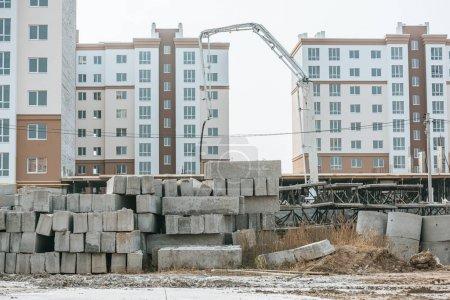 Photo pour Site de construction avec blocs de béton et machinerie lourde - image libre de droit