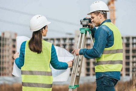Photo pour Arpenteurs travaillant avec des plans et des données numériques - image libre de droit