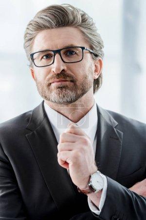 Photo pour Bel ambassadeur en lunettes regardant la caméra - image libre de droit