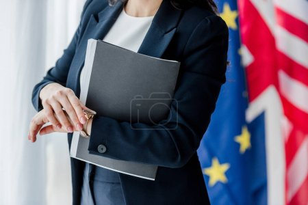 Photo pour Crochet de la chemise du diplomate et près des drapeaux - image libre de droit