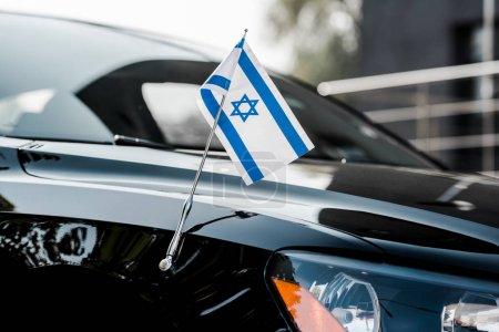 Photo pour Gros plan du drapeau israel sur une voiture moderne noire - image libre de droit