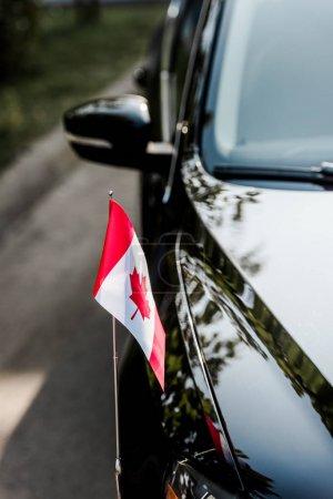 """Photo pour Choix sélectif du drapeau canadien avec feuille d """"érable sur la voiture moderne - image libre de droit"""