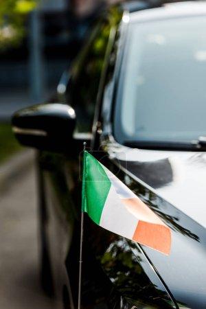 Photo pour Focalisation sélective du drapeau irisé sur la voiture noire moderne - image libre de droit