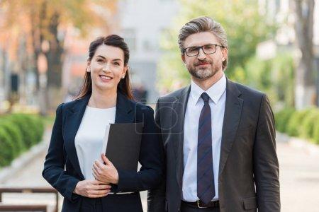 Photo pour Happy man and woman in formal wear regarder la caméra - image libre de droit