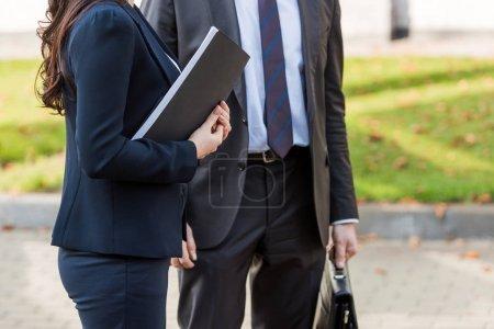 Photo pour Vue recadrée des ambassadeurs en costume debout à l'extérieur - image libre de droit