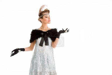 Photo pour Femme pompeuse avec collier de perles geste tout en se tenant isolé sur blanc - image libre de droit