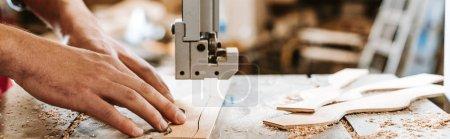 Photo pour Photo panoramique d'un charpentier à l'aide d'une machine cnc - image libre de droit