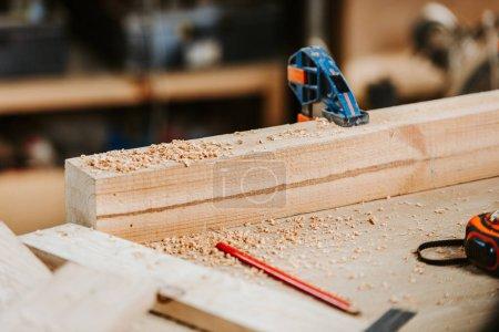Photo pour Foyer sélectif de sciure sur planche de bois près du ruban à mesurer - image libre de droit
