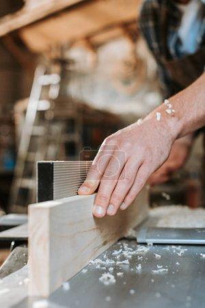 Photo pour Foyer sélectif de sciure de bois sur les mains sur le charpentier - image libre de droit