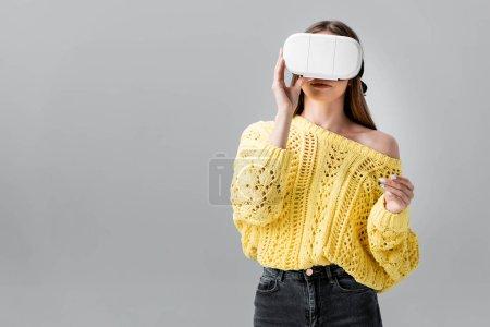 jeune femme en pull jaune avec casque vr isolé sur gris