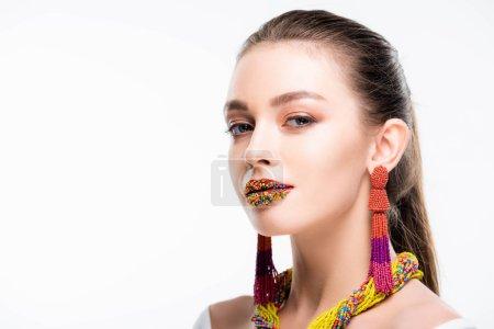 Photo pour Jolie fille en accessoires perlés, avec des perles sur les lèvres, regardant la caméra isolée sur blanc - image libre de droit