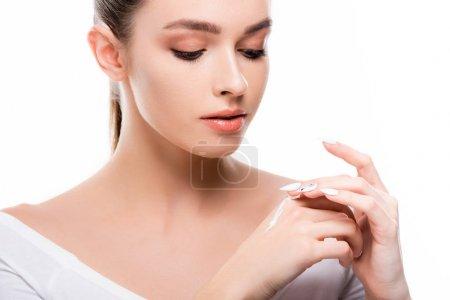 Photo pour Belle jeune femme appliquant crème cosmétique sur la main isolé sur blanc - image libre de droit