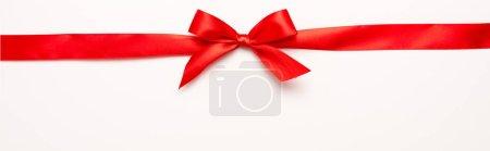Photo pour Plan panoramique de ruban rouge avec noeud sur blanc - image libre de droit
