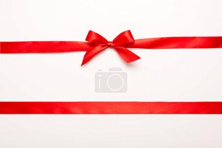 Photo pour Vue du dessus du ruban rouge avec noeud en satin isolé sur blanc - image libre de droit