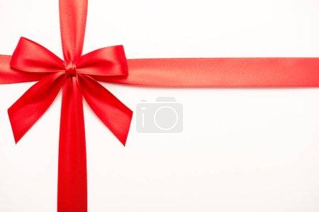 Photo pour Vue du haut du ruban avec noeud en satin rouge isolé sur blanc - image libre de droit