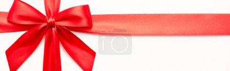 Photo pour Plan panoramique de ruban rouge décoratif avec arc isolé sur blanc - image libre de droit