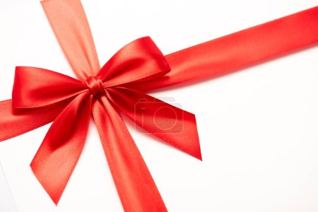 Photo pour Gros plan du ruban de satin avec arc rouge isolé sur blanc - image libre de droit