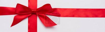 Photo pour Plan panoramique de ruban de satin avec arc décoratif rouge isolé sur blanc - image libre de droit