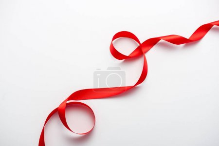 Photo pour Top view of red curled ribbon on white with copy space - image libre de droit