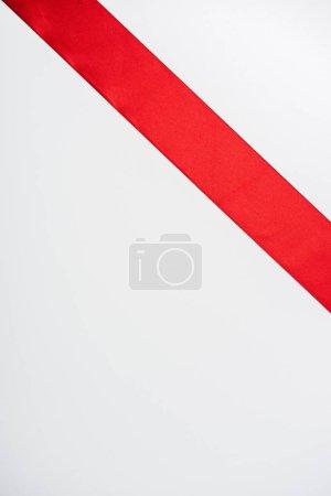 Photo pour Vue de dessus du ruban plat et satiné isolé sur blanc - image libre de droit