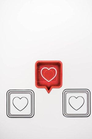 Photo pour Vue du haut de la bulle rouge avec coeur près de cubes noirs isolés sur blanc - image libre de droit