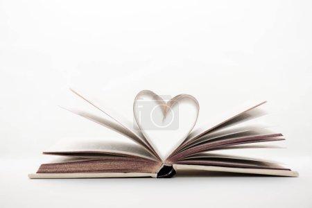 Photo pour Livre avec des pages en forme de coeur sur blanc avec espace de copie - image libre de droit